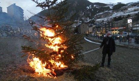 Francesc Camp encenent l'arbre a la Crema del Gener