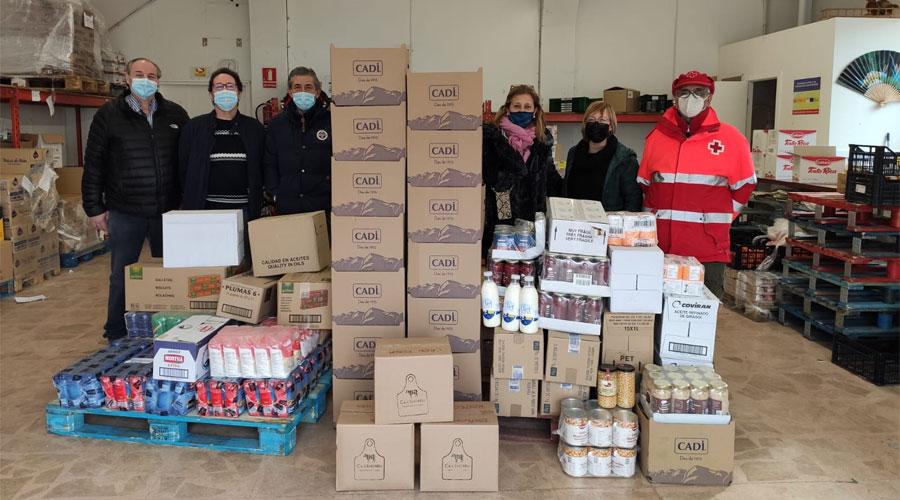 Representants de la Confraria de Sant Antoni Abat fent una donació a Aliments per la Solidaritat