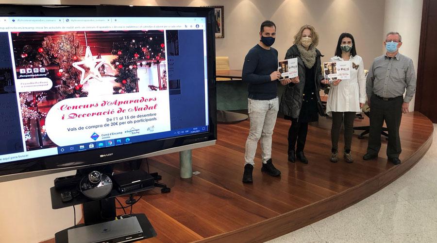 Una guanyadora del concurs de decoració nadalenca d'Encamp rep el premi de mans de Nino Marot i Laura Mas en presència d'Antoni Berengueres