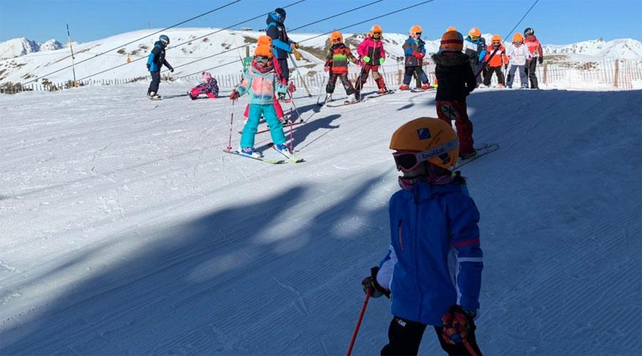 Un grup d'infants esquiant amb l'Escola de Neu del Comú d'Encamp