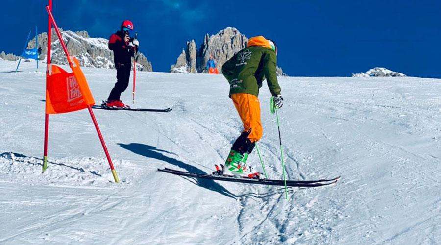 Una pista d'esquí molt marcada pel pas dels esquiadors, amb un esquiador que mostra el mal estat de la pista