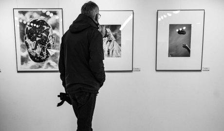 Una persona visitant l'exposició d'homenatge a Pep Aguareles
