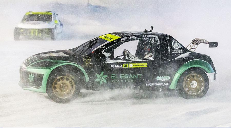 Dos cotxes competint a les GSeries al Circuit d'Andorra gelat