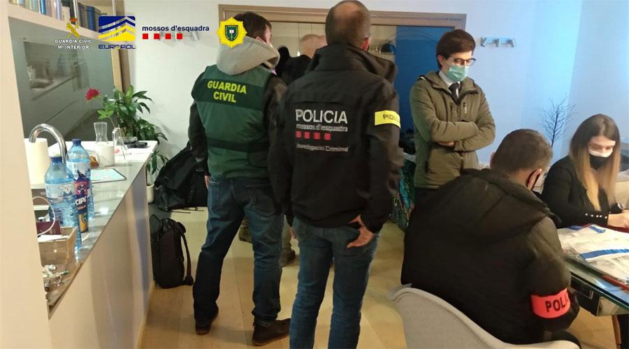 Agents de la Guardia Civil, els Mossos d'Esquadra i Policia Andorrana treballant conjuntament