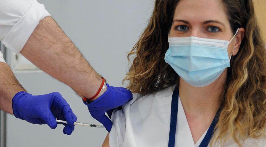 La doctora Heras rep la vacuna de la Covid-19