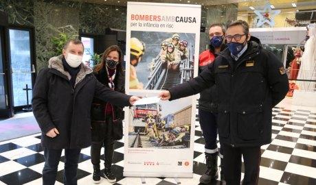 Els cònsols lauredians, Josep Majorial i Mireia Codina, entreguen un xec als bombers
