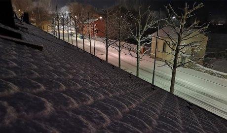 Una teulada i un carrer nevats a la Seu d'Urgell