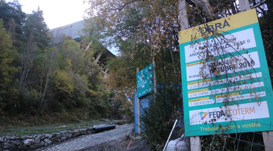 Cartell a les obres de la fase 0 de la xarxa de calor d'Andorra la Vella, just a sota de CTRASA