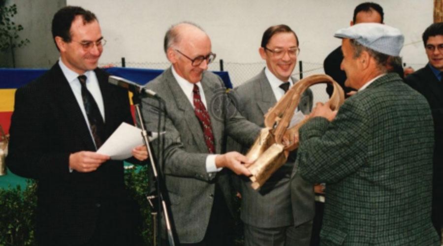 Òscar Ribas al costat de Casimir Arajol a l'entrega d'un premi a la Fira del Bestiar d'Andorra el 27 d'octubre de 1994. (Arxiu Comunal d'Andorra la Vella)