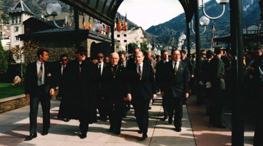 Òscar Ribas a la plaça del poble amb els coprínceps François Mitterrand i Joan Martí Alanis el 26 d'octubre del 1993. (Arxiu Comunal d'Andorra la Vella).