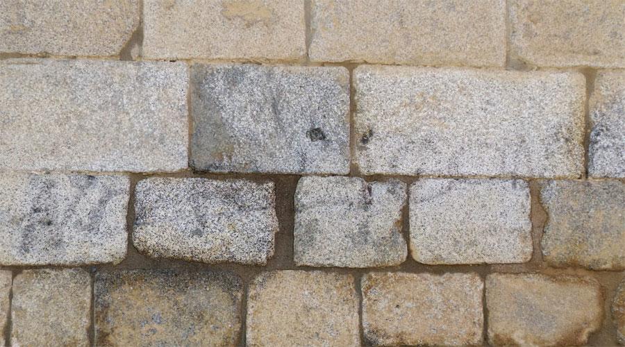 Restes d'una pintada a la paret de la Catedral de la Seu d'Urgell