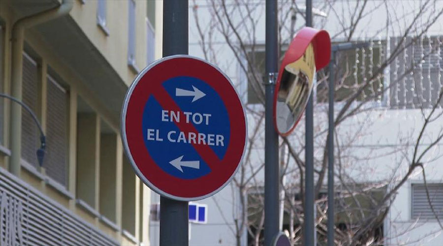 Una senyal de prohibit estacionar en el carrer Sant Esteve d'Andorra la Vella
