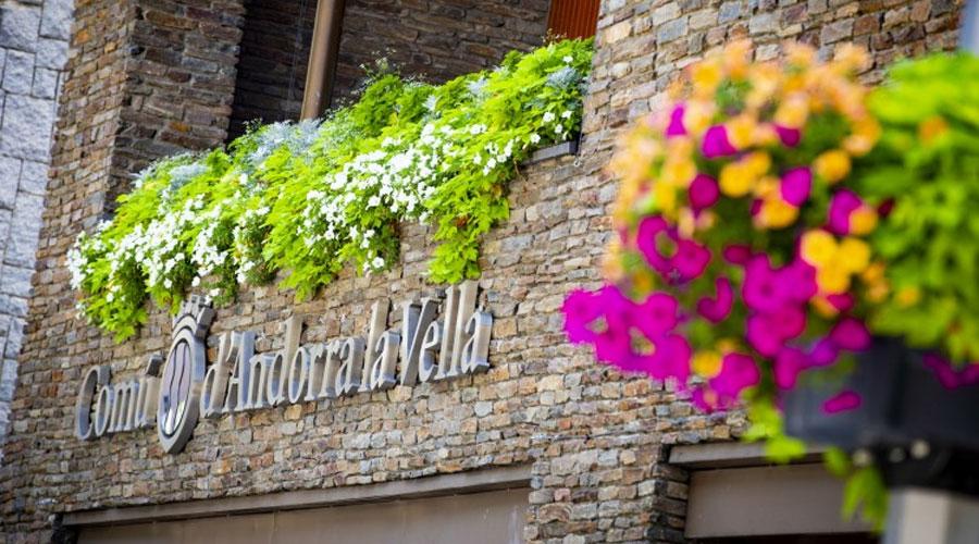 Part de la façana del Comú d'Andorra la Vella amb petúnies al balcó