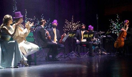 Músics i actors dalt d'un escenari