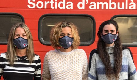 Tres voluntàries de la Creu Roja lluint les mascaretes donades per Andbank