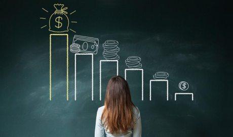 Una noia mira una gràfica de fons d'inversió en una pissarra