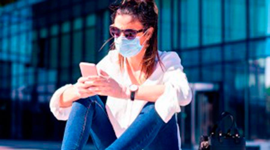 Noia amb mascareta i mòbil