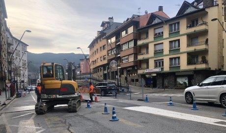 Una màquina i operaris treballant en la construcció de la rotonda a l'encreuament de l'avinguda Sant Antoni amb Costes Teixidó