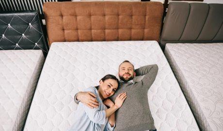 Una parella en un llit d'una botiga