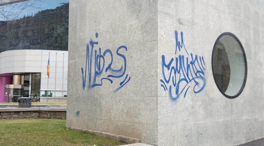 Unes pintades en un monument al centre d'Encamp