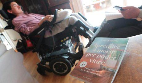 Xavi Argemí amb el seu llibre Aprendre a morir per poder viure