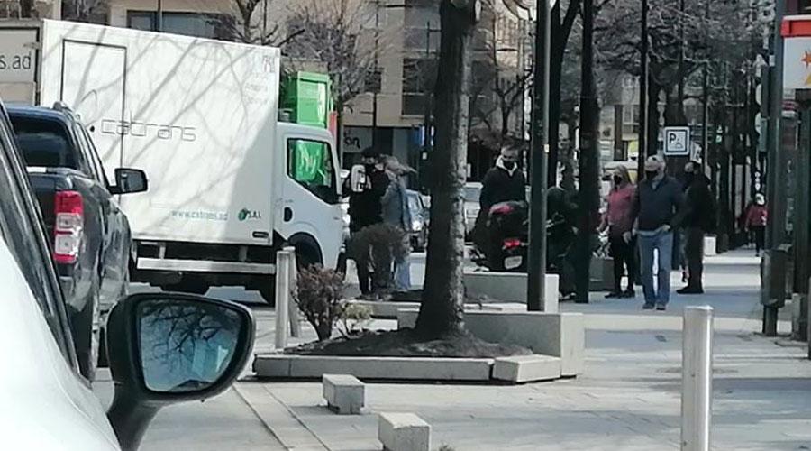 Vehicles aturats i vianants atenent en un accident al carrer Prat de la Creu
