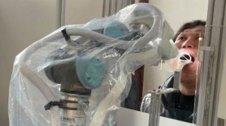 Braç robòtic realitzant un test de coronavirus