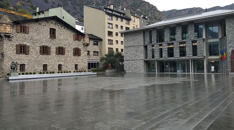 La plaça del Consell General, amb la Casa de la Vall a un cantó i la nova seu del Consell General a l'altre