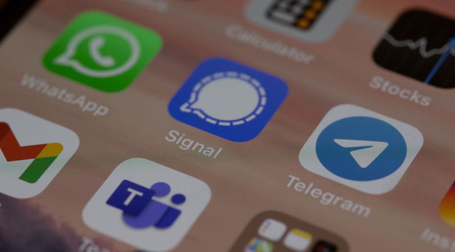 La pantalla d'un mòbil amb diferents aplicacions de comunicació