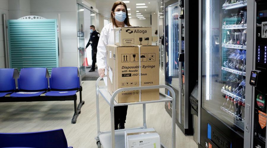 Una professional del SAAS transporta les vacunes dins l'Hospital