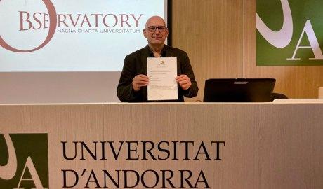 Miquel Nicolau mostra la Magna Charta Universitatum 2020 signada