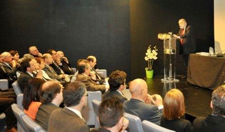 Arcadi Oliveres pronunciant una conferència a l'UdA