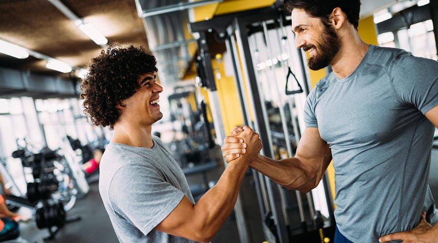 Dos esportistes saludant-se