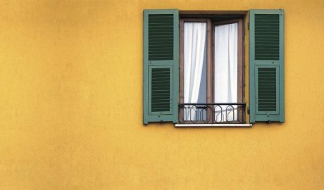 Façana groga amb finestra verda