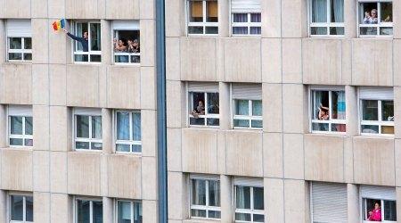 Gent a les finestres durant el confinament