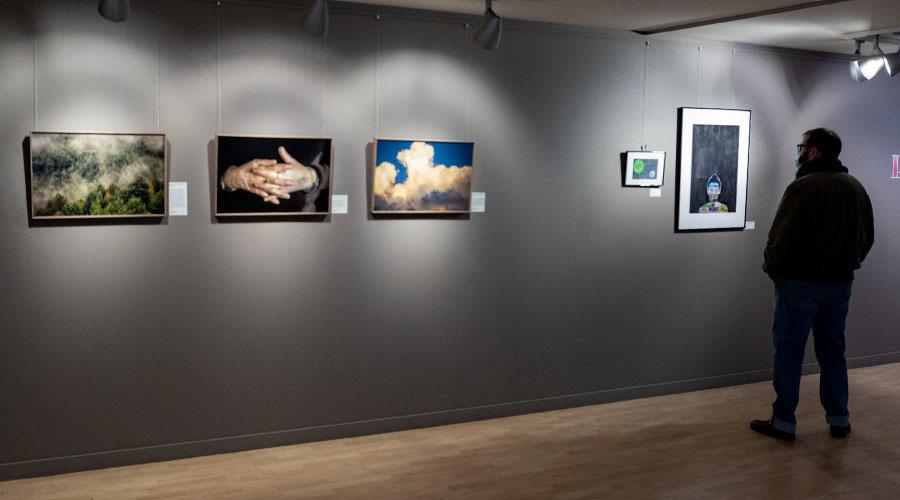 Una persona visitant l'exposició Pandores 20.21