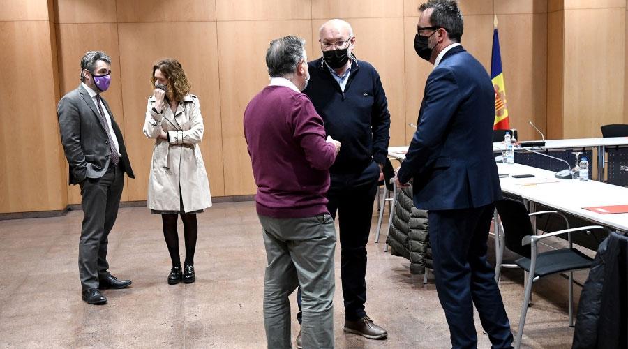Ministres i membres de la Taula Nacional d'Habitatge conversant
