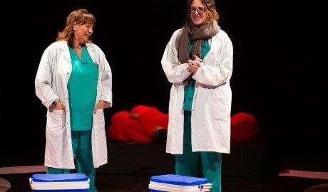 Escena de l'obra 'A cor obert' de ATIDA amb dues actrius fent de sanitaris