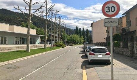 Senyal de limitació de velocitat a 30km/h a l'avinguda Camí Ral de Cerdanya, davant del Palau Municipal d'Esports de la Seu d'Urgell.