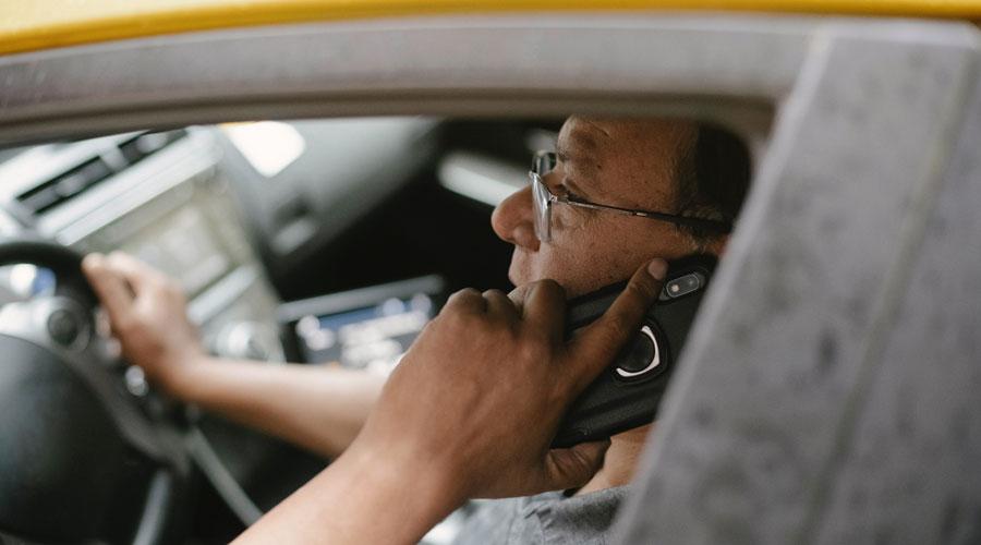Un conductor parlant per telèfon. Foto de Tim Samuel de Pexels