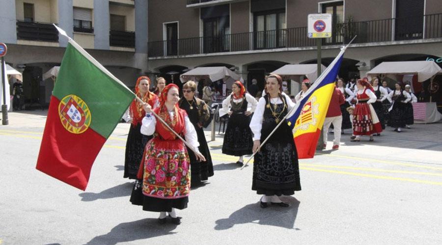 Dos grups de folklore lluint les banderes portuguesa i andorrana