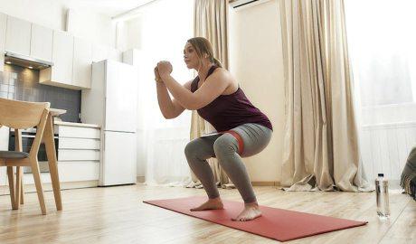 Noia fent exercici a casa