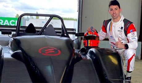 Raul Ferré al costat del seu cotxe pel 2021