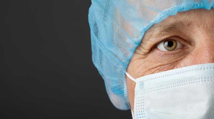 Sanitari amb mascareta i gorra