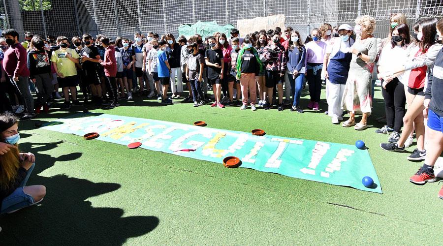 Acte de cloenda del curs escolar 2020-2021 a l'Escola de Segona Ensenyança d'Encamp, on els alumnes han elaborat un mural amb la paraula 'Aconseguit'.