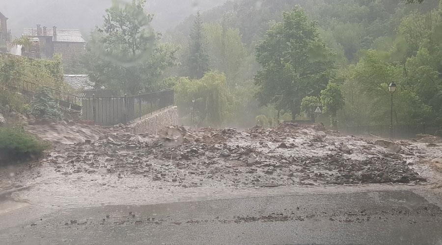 Un despreniment de terra i pedres bloqueja la carretera de Bixessarri