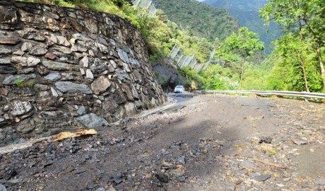 La CG6 plena de fang i rocs després d'una esllavissada causada per una tempesta
