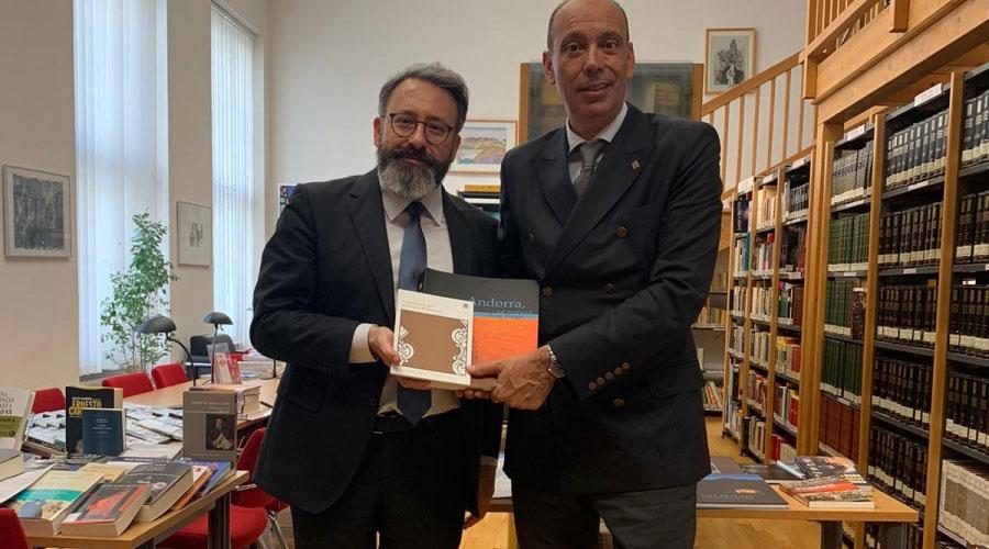El responsable de l'Instituto Cervantes de Viena rep uns llibres de la mà de Serra
