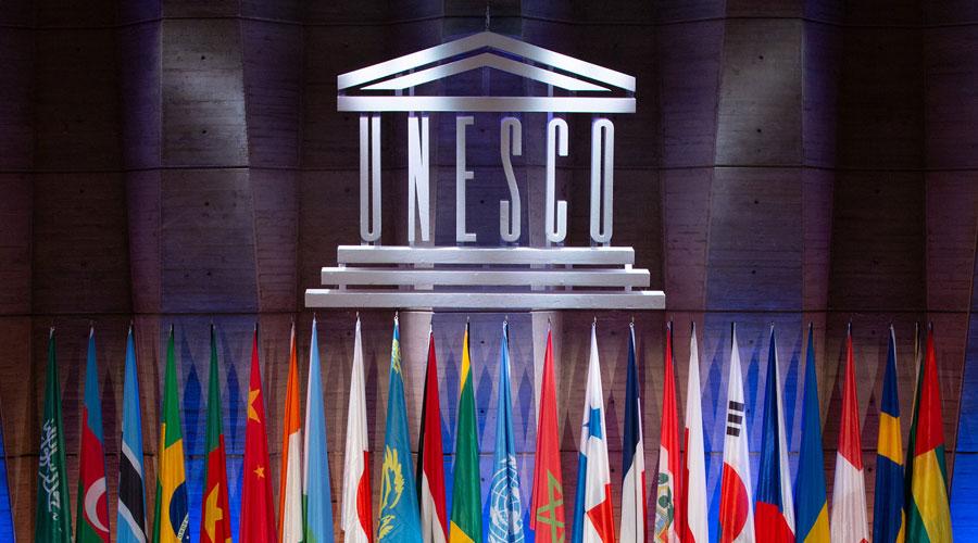 El logotip de la UNESCO amb tot de banderes a sota
