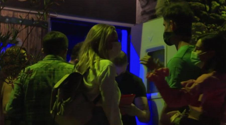 Joves entrant en una discoteca a la prova pilot pel sector de l'oci nocturn post Covid